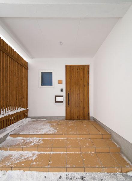白とナチュラルブラウン色を基調とした玄関