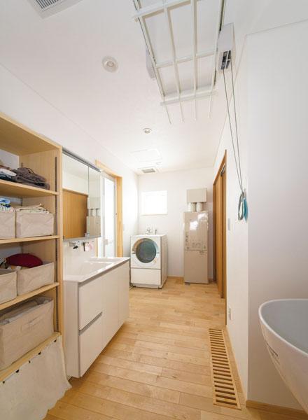 ユーティリティには、洗濯用のボウルも設置。下着類などの収納スペースもたっぷり設けた