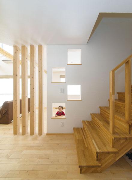 リビング階段と、書斎スペースを仕切る穴あきの壁