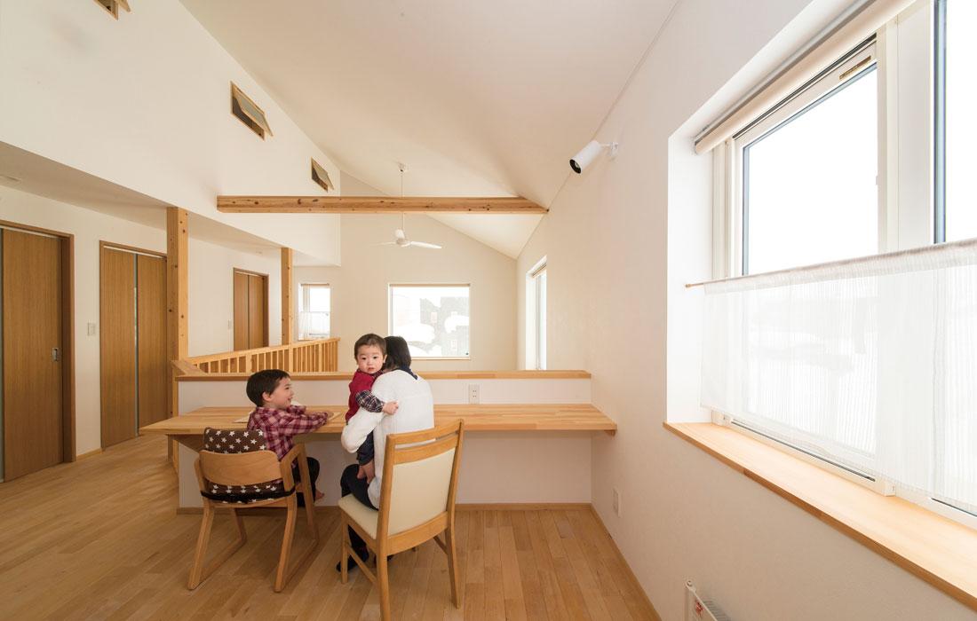 2階の広いフリースペースは、子どもたちの自由な遊びや学習、奥さんの家事作業にと大活躍