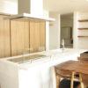 キッチン背面は、大容量の収納スペースを引き戸でスッキリ目隠し