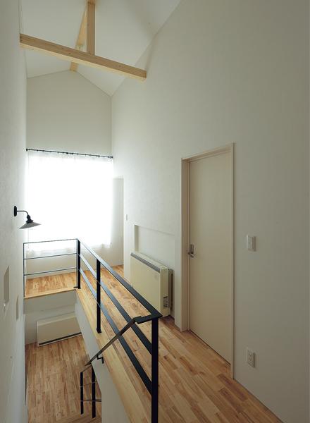 2階のホールは三角屋根の形状を生かした勾配天井。高さが気持ち良い