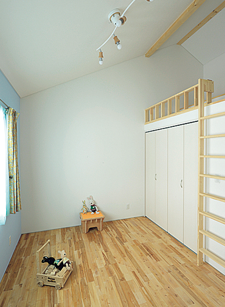 子ども部屋にはロフトを設けた。ロフト下の収納が便利