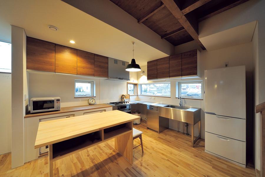冷蔵庫から食材を出し、シンクで洗い、切って、調理する。料理の流れを一列で効率よくこなせるキッチン。手前の作業台も便利