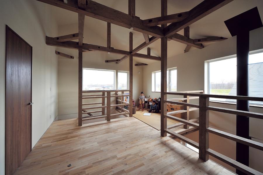 天井高のある2階は、梁や柱の組み合わせが空間のリズムに。窓から大雪の名山が見える