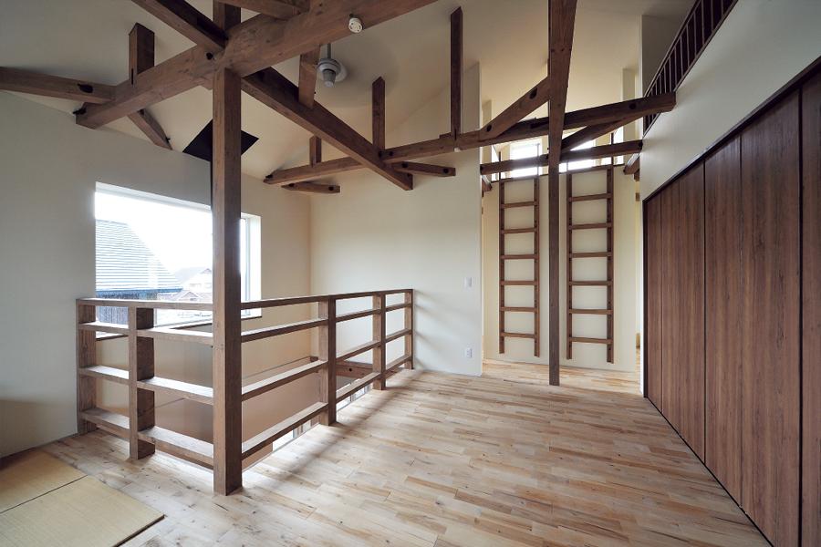 2階フリースペース。今は子どもが小さいので、家族みんなの寝室に。薪が燃えるやわらかな暖かさで眠りにつく。上部はロフト