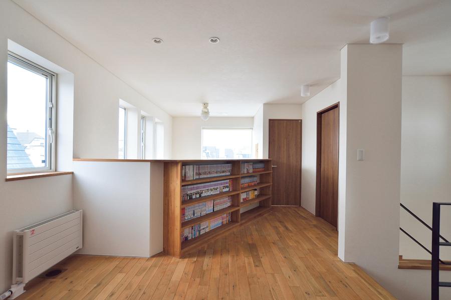 吹き抜けに面した腰壁は安全性を考慮して通常よりも高めにし、ご夫妻の本を収納するスペースを兼ねている