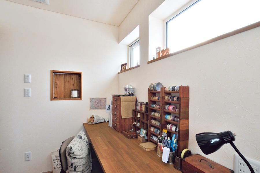 個室を配した2階。ものづくりが好きな奥さんが、心置きなく作業ができるアトリエ