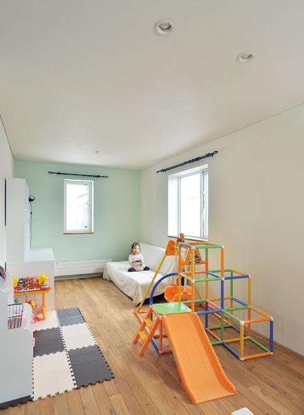 ゆったりとした2階フリースペースは、間仕切って子ども部屋にできる広さ