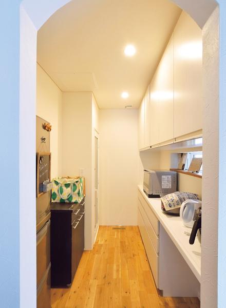 食品庫があるバックヤードには冷蔵庫や炊飯器などの家電が並んでいる