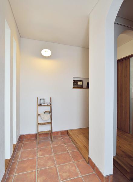 来客用と家族用を分けた玄関は、窓があり明るい印象