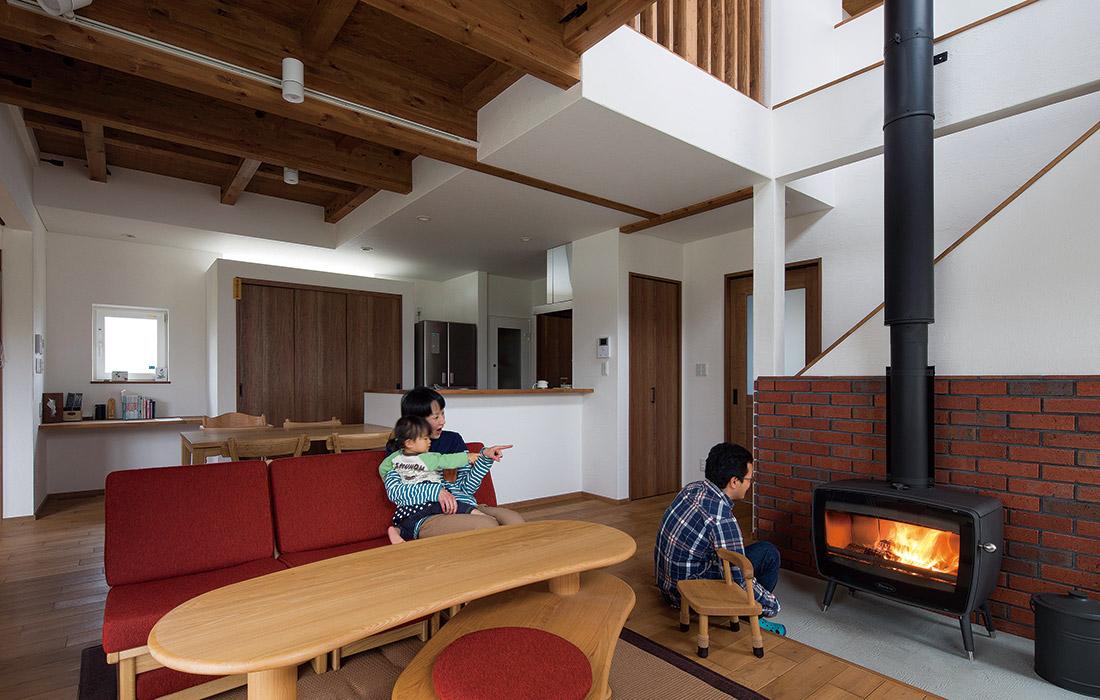 「休日や夜は家族揃ってのんびり薪ストーブの火を囲むのが楽しみです」