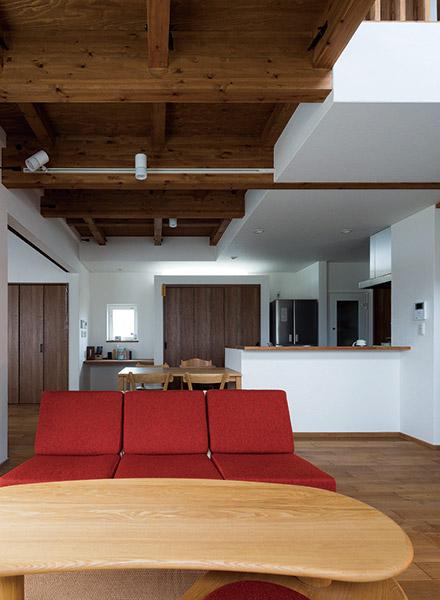 LDKの一角には家事スペースを確保。左には子どもが遊んだりお昼寝もできる客間がある