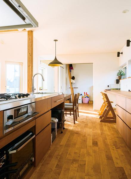 手入れのしやすいシンク一体型のステンレス天板を採用した造作キッチンは、奥さんのこだわりの結晶。背面収納はカウンター付き