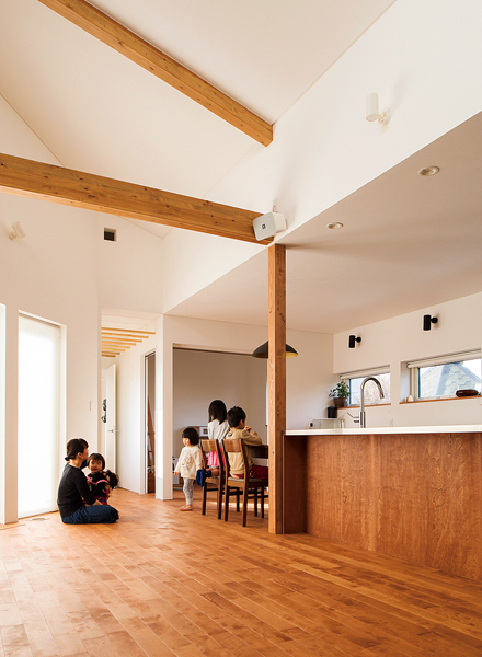 最大4mの屋根なり天井が目を引くLDK。カバ無垢床は堅牢で、子どもたちがやんちゃの限りを尽くしても、傷がつきにくいそう