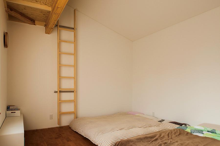 3姉妹共用の子ども室にもロフトを設置、格好の遊び場に。将来は寝台として利用できる