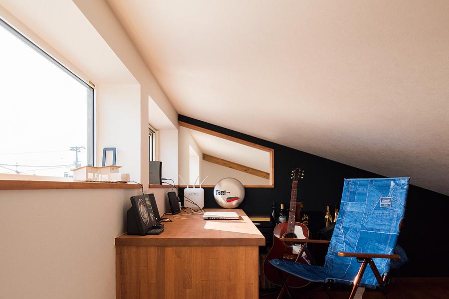 Sさんの書斎。天気が良ければ、窓越しに十勝岳連峰も望める