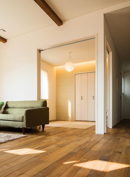 LDKには和室が隣接。その奥に水まわりとコンパクトな動線処理で、効率よく家事や育児が行えるよう配慮