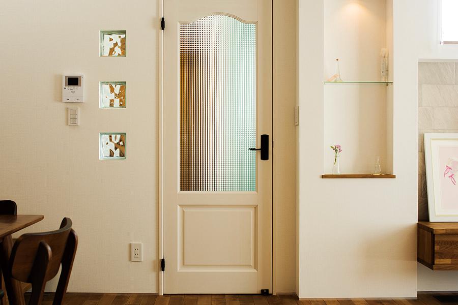 ガラスブロックを用い、ニッチを造作した玄関ホールとLDKの間仕切り壁は、奥さんのお気に入り