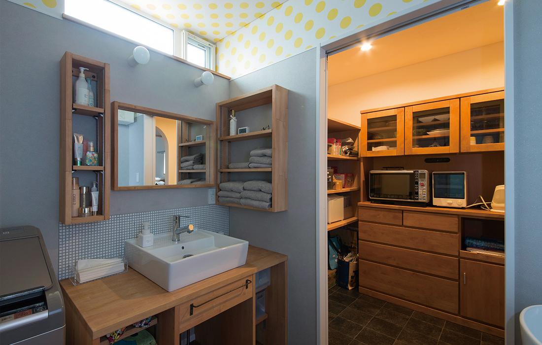 家事のしやすさを考慮して、キッチンから出入りできる回遊動線のパントリーとユーティリティ