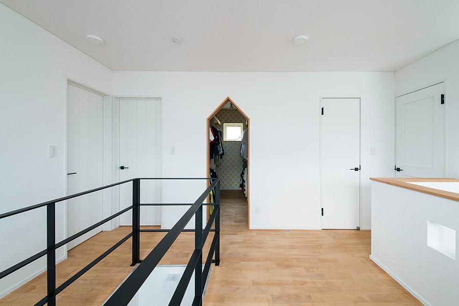 広い2階ホールは物干しスペースとして活用。ペンシル型の開口の奥は、家族共有のウォークインクローゼット