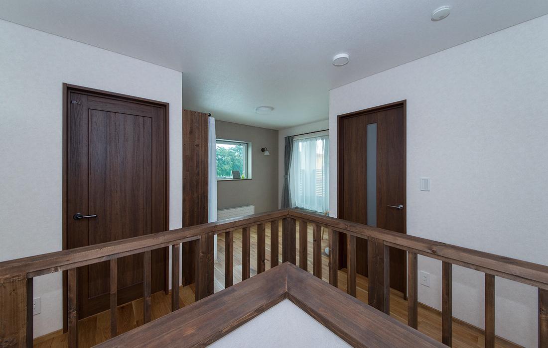 古き良き日本家屋を思わせる2階の木製手すりも古材風の仕上げで馴染みよく