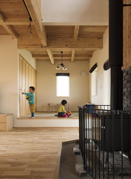 リビングの一角に設けた畳敷きの小上がりスペースは子どもたちの恰好の遊び場。掘りごたつにもなる
