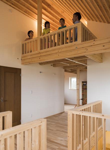 子ども部屋と寝室から上がれるロフトはツリーハウスをイメージ。冒険心旺盛な子どもたちの遊び場だ