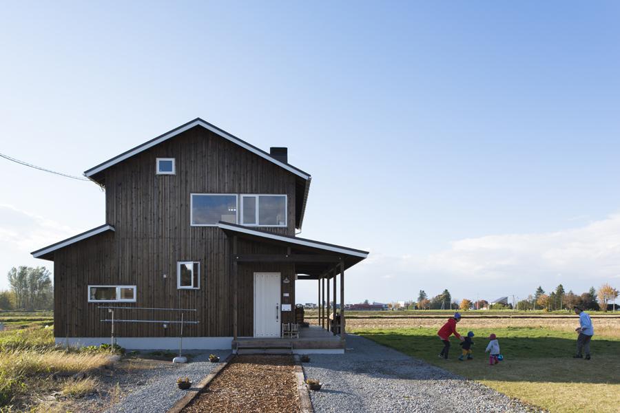 田園風景が広がる中に建つTさん宅。家の中から山が見えるようにアプローチを長くとって家の位置を調整した