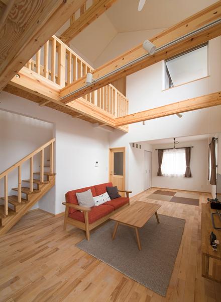 リビングの奥にはオープンにつながる畳スペースが。上の窓は2階のバルコニーに面し、朝の光をリビングに落とす