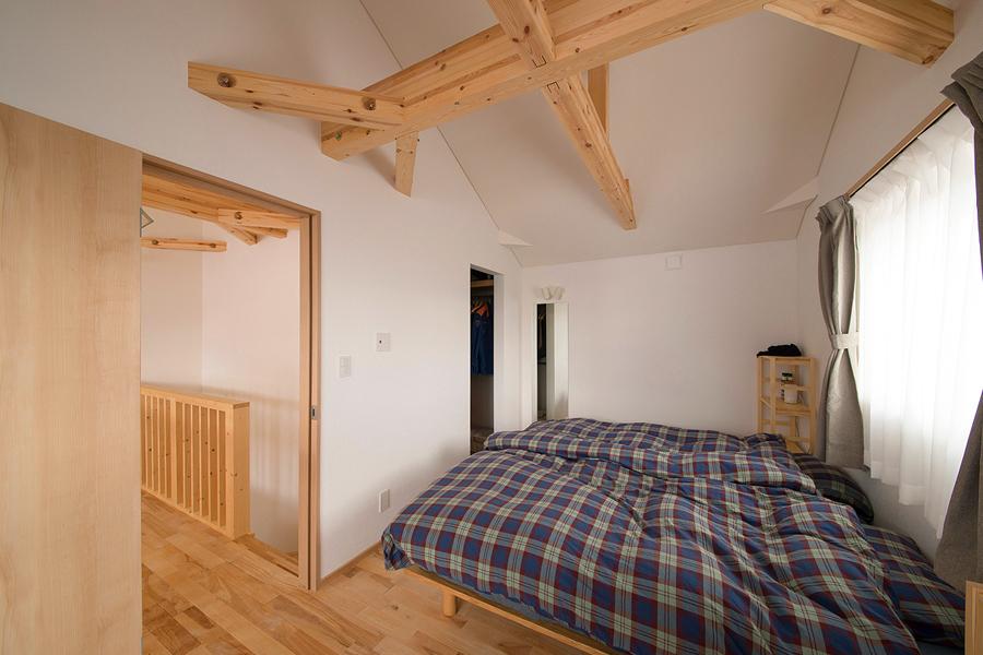 屋根なり天井が印象的な主寝室には広いウォークインクローゼットを設けた
