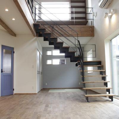 階段が特徴的な家