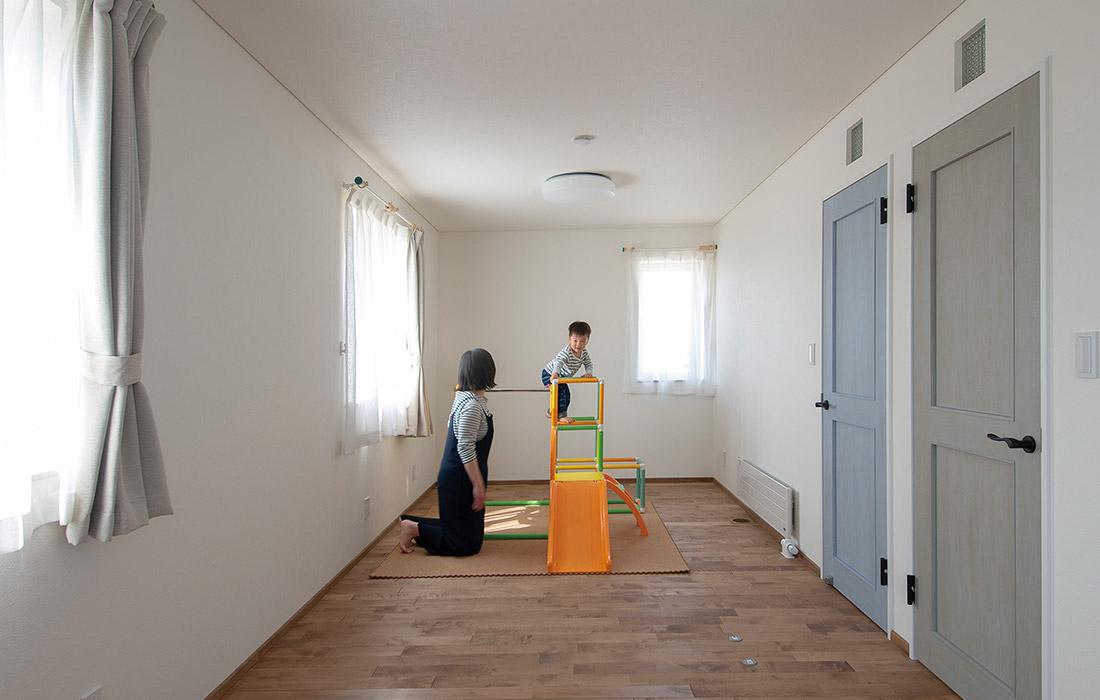 広い子ども部屋は、将来2部屋に分割できるよう、ドアを2つ設けた