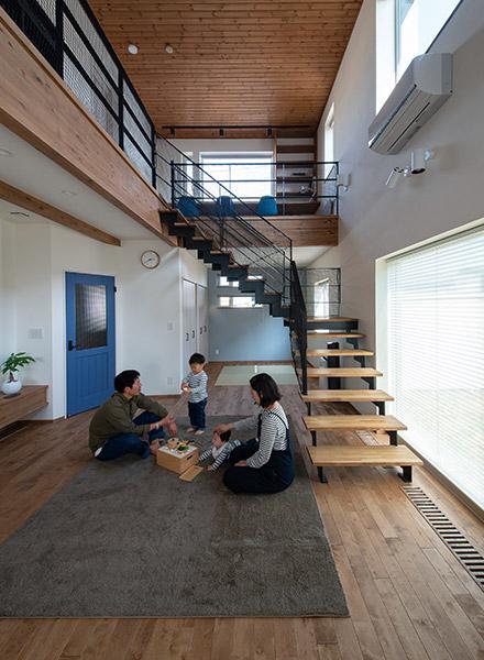 思い切って家の中心に配置した階段は、軽やかなデザインで存在感抜群