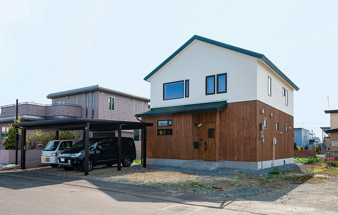 1階を木張りにしたあたたかみのある三角屋根の外観は、近所でもひときわ目を引く