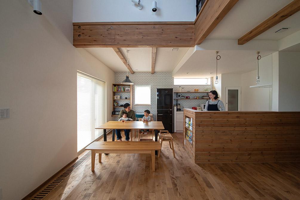 カバの無垢フローリングや木張りのキッチン、太い梁など、木の風合いを生かした空間づくり