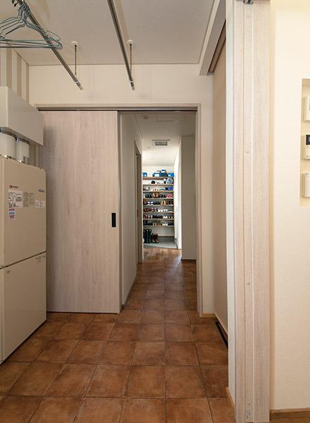 玄関からユーティリティへと回遊する間取りで、子どもたちは玄関からお風呂へ直行できる
