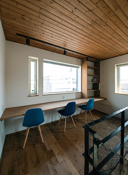 2階ホールには広いデスクと本棚を造作し、家族のスタディスペースに