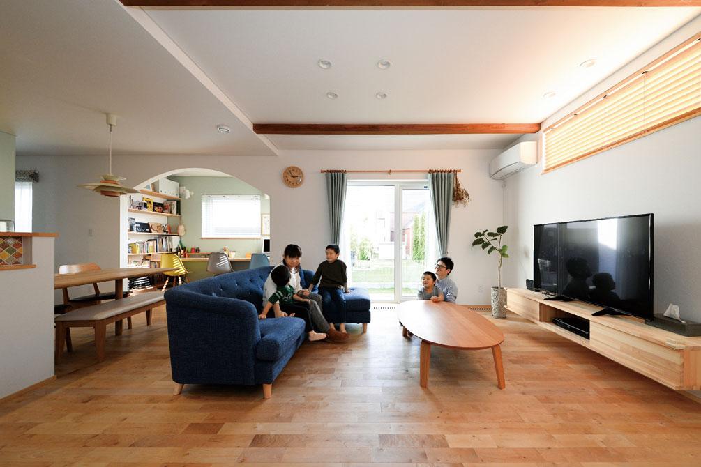 「自然とともに暮らしたい」というOさんの願いを反映し、リビングは庭との一体感も大切にプランニングされた。床はカバ無垢材を採用