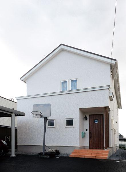 三角屋根と窯業系サイディングの白がさわやかな印象の外観