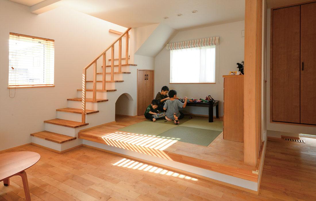 リビングに隣接した小上がりは、来客時に椅子代わりにもなる高さにしつらえた。階段下は子どもたちの隠れ家