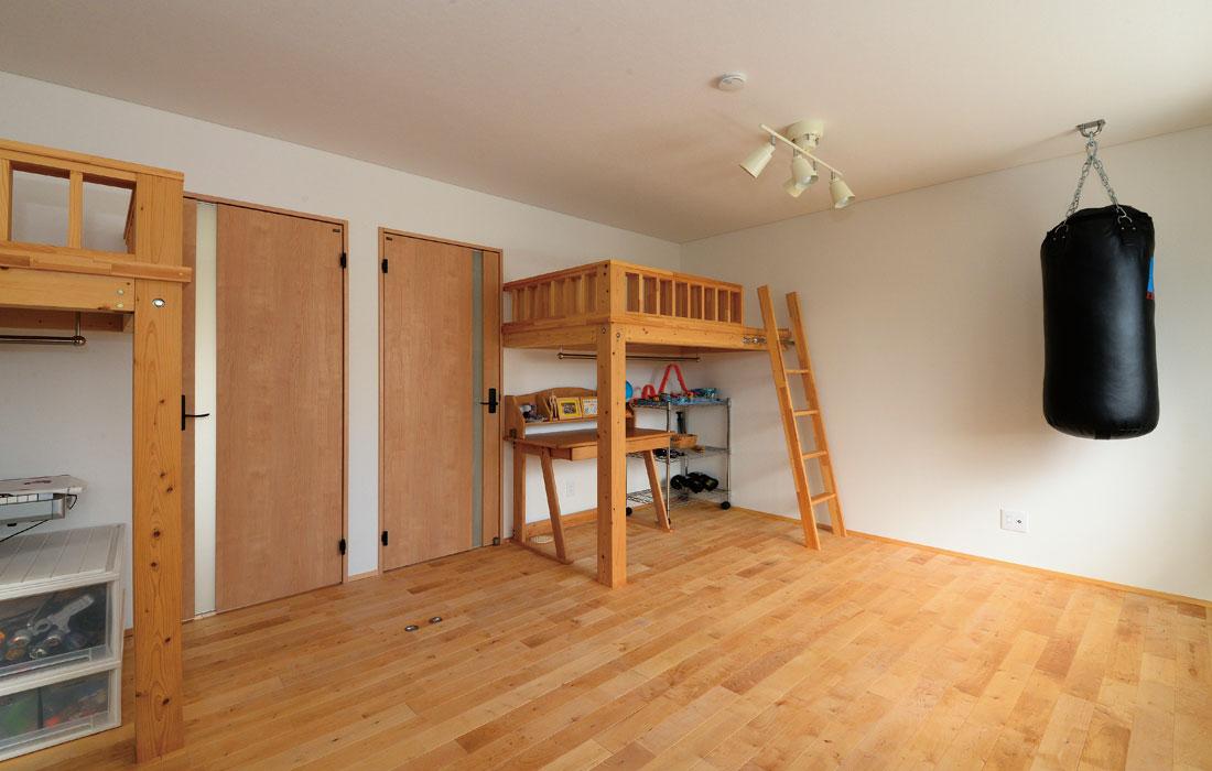 2階子ども部屋には造作ベッドを設置。ベッド下は収納などに活用できる。子どもの成長に合わせ、2室に間仕切りも可能