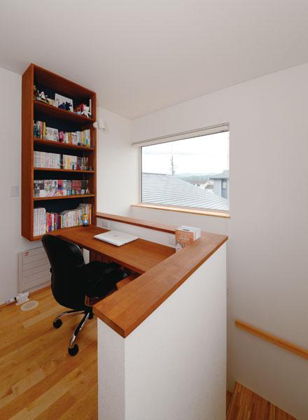 2階階段ホールには、Oさんの希望で書斎コーナーを造作。階段吹き抜け伝いに、階下の家族の気配も感じられる