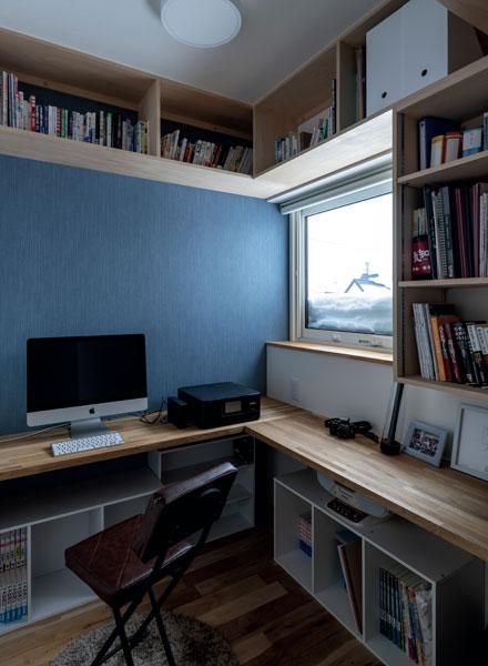 家での仕事も多いWさんのため、2階の一角に書斎を設けた。コンパクトながら造作本棚やカウンターで機能的
