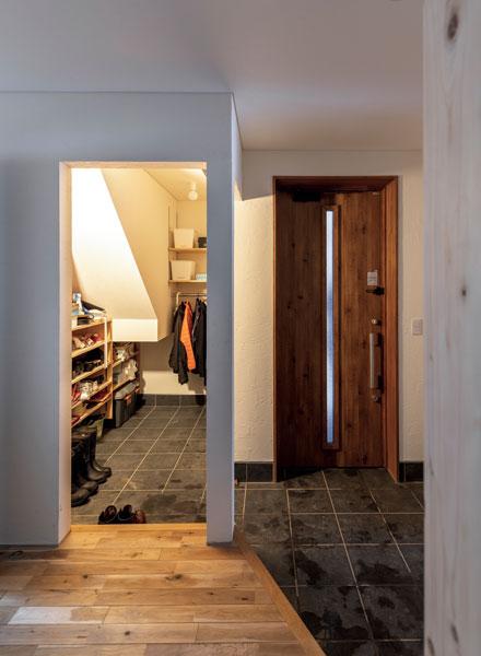 玄関の脇には階段下の空間を活用したシューズクローク兼土間仕様の物置があり便利