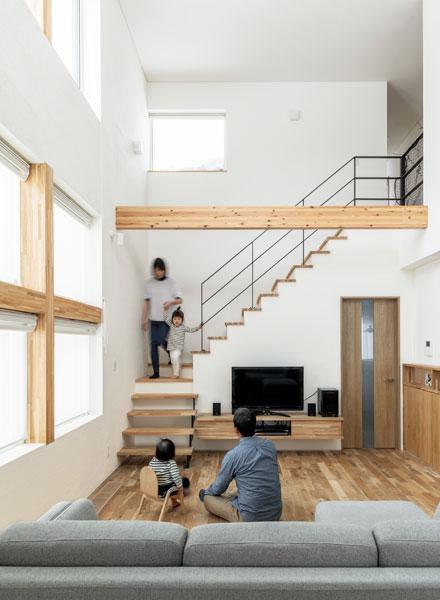 木の質感が心地よいリビングに家族が集まる。開放的な吹き抜け空間をリビング階段が彩る