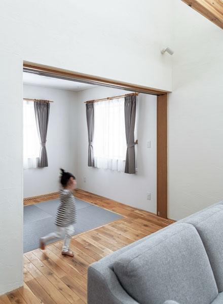 奥さんご希望の和室は無垢フローリングと琉球畳ですっきりとモダンに仕上げた
