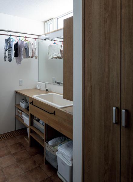 造作の洗面台は下部が出し入れしやすいオープン棚。湿気もこもらず衛生面も優れている