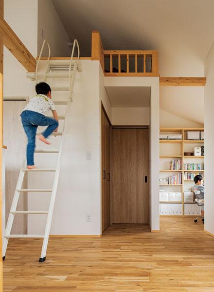 2階納戸の上に、北海道ハウジングの提案で子ども心をくすぐる秘密基地のようなロフトが設けられた。右手奥は、書斎スペース