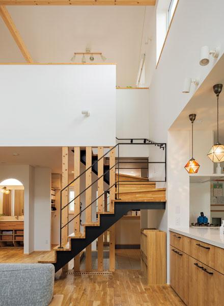 1階と2階は大きな吹き抜けでつながり、家のどこに居ても、家族の出入りや気配をいつでも感じることができる
